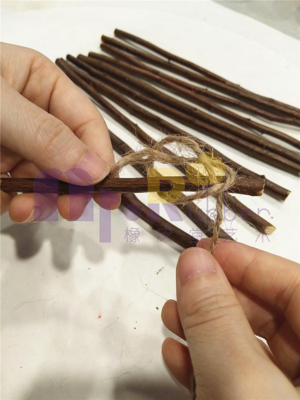 用麻绳将所有的树枝从一边开始绑到一起